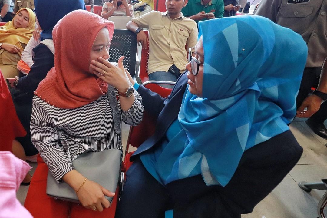 Suara tangisan dan raut cemas menyelimuti keluarga penumpang yang menjadi korban