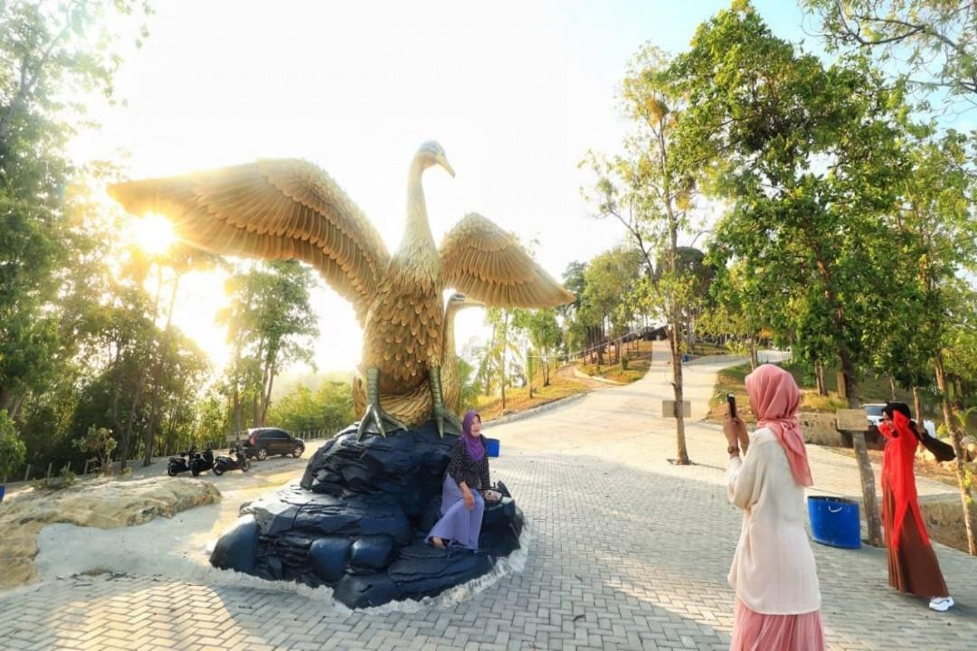 Bukit Bebek Emas ini terletak di Desa Tanjung Gunung, Kecamatan Pangkalan Baru, Kabupaten Bangka Tengah. Sahabat semua bisa menempuh waktu kurang lebih 30 menit dari pusat Kota Pangkalpinang.