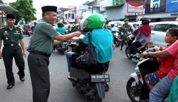 Anggota Korem 045/Gaya Bagi Takjil Kepada Pengguna Jalan