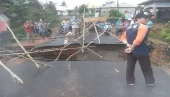 Diterjang Air, Jalan Utama Desa Balunijuk Amblas