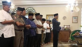Gubernur Erzaldi Ikut Sholatkan Jenazah HM Arub