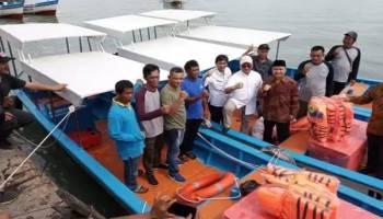 Gubernur Serahkan 8 Unit Kapal 3GT, Harapannya Nelayan Babel Bertambah Penghasilan