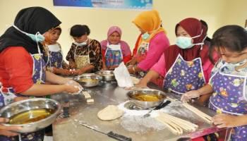 Ibu-ibu IKM Ikut Pelatihan Membuat Getas