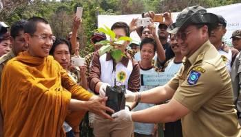 Ikut Penanaman Pohon di Bukit Sak Buk, Gubernur: Silahkan Tangkap Perusak Hutan