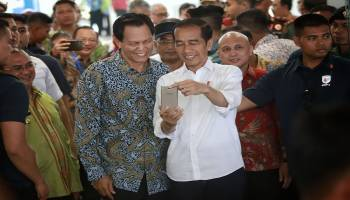 Keceriahan Presiden Jokowi Selfie Bareng Warga Dalam Jepretan Kamera