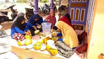 Mahasiswa KKN UBB Bersama Masyarakat Desa Labuh Air Pandan Buat Pupuk Kompos Organik Hayati