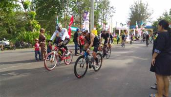 Masyarakat Antusias Berikan Dukungan Kepada Peserta Sungailiat Triathlon