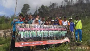 Peduli Lingkungan, Pemdes Bukit Layang Tanam 650 Bibit Pohon di Lahan Bekas Kebakaran Bukit Panca