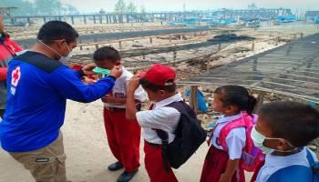PMI Babel Bagikan Ribuan Masker ke Sekolah di Tanjung Pura Yang Terdampak Kabut Asap