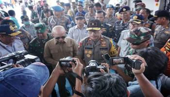 Potret Kapolda Bersama Forkopimda Babel Tinjau Suasana Mudik di Pelabuhan Tanjung Kalian Muntok