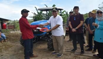 Serahkan Bantuan Traktor Untuk Gapoktan, Bupati Justiar: Pertanian Masih Prioritas di Basel