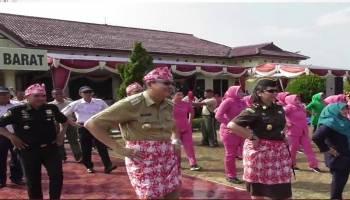 Video Lomba Senam Bedincak dua ribu peserta memenuhi halaman Polres Bangka Barat