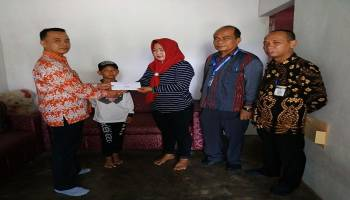 Wabup Syahbudin Serahkan Bantuan kepada Bocah Penderita Hypospadia Unspecified